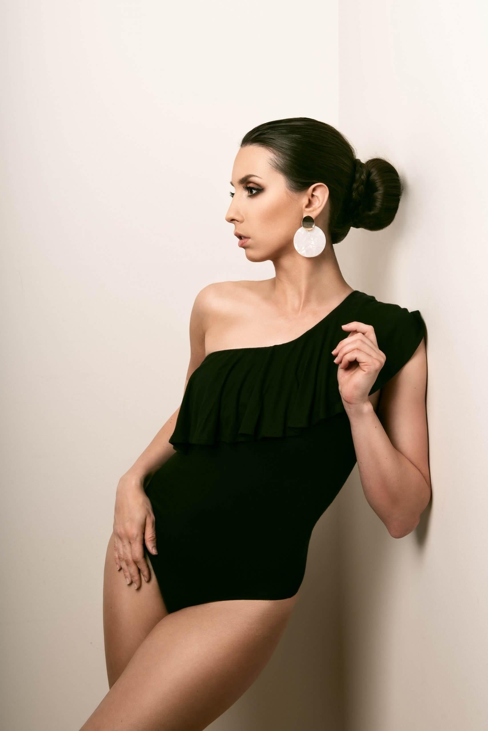 autoportrait inspiré de la danse classique avec un bodysuit noir et un chignon de ballerine