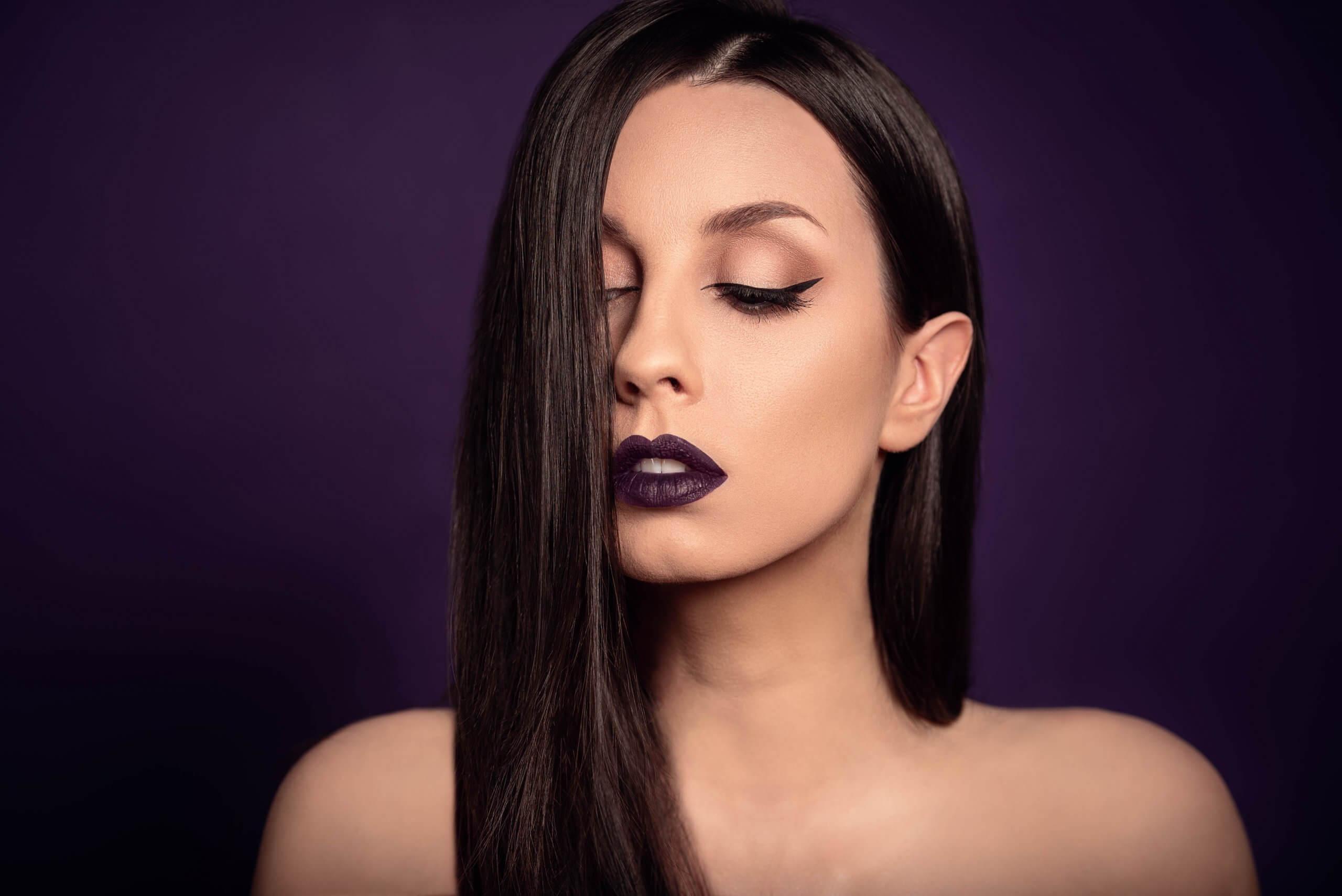 autoportrait inspiré d'un publicité de rouge à lèvre violet