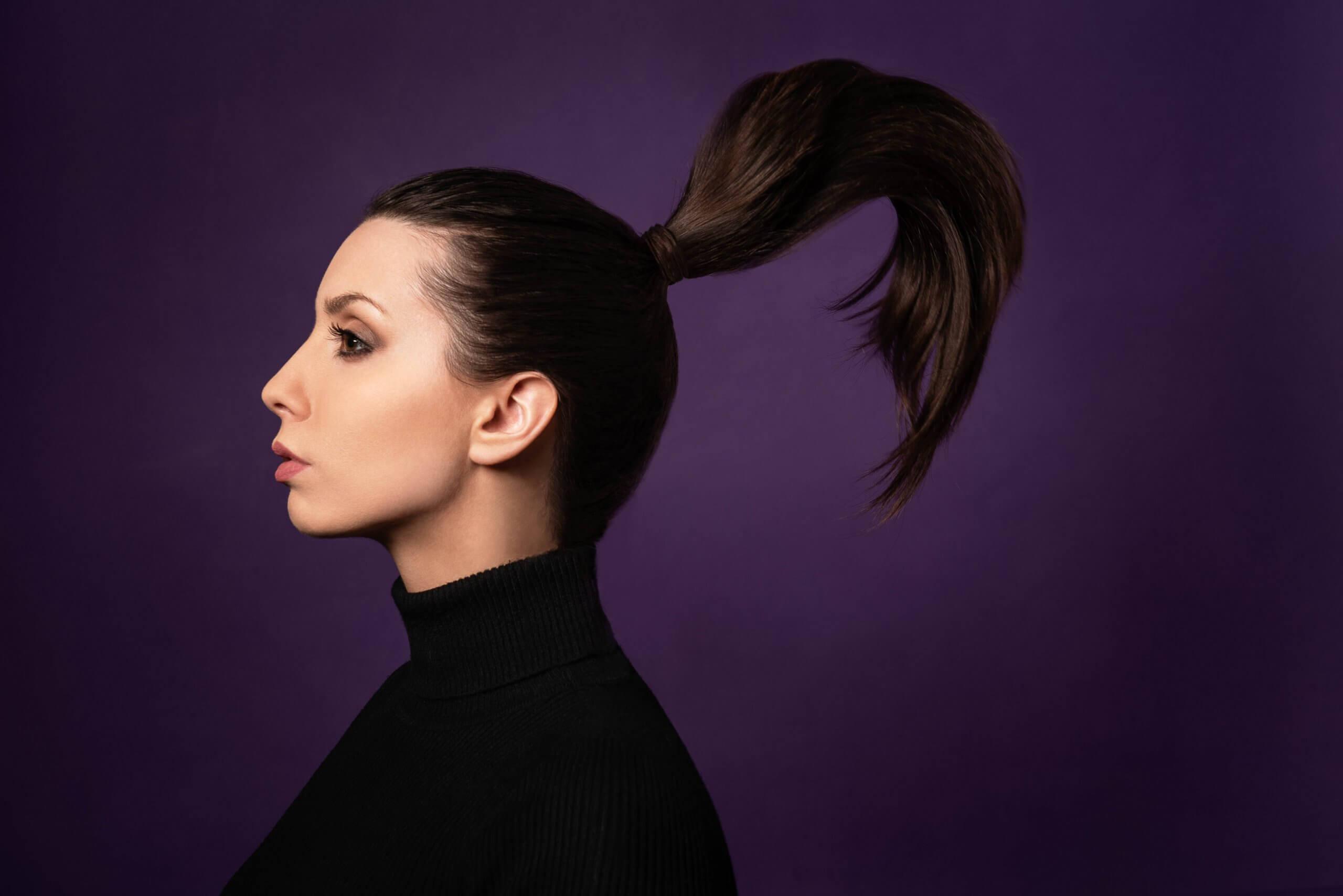 autoportrait de profil mettant en valeur une queue de cheval qui vole en l'air et une retouche esthétique avancée