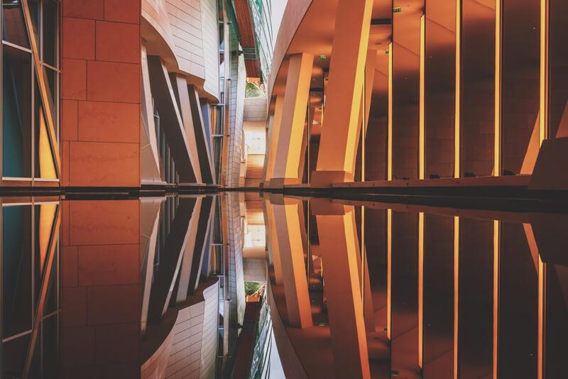 Bâtiment réfléchi dans l'eau calme parfaitement symétrique