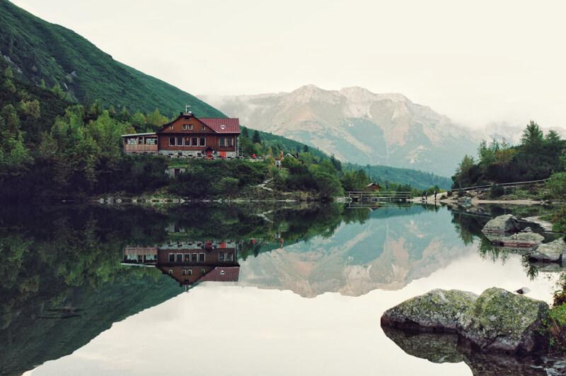 Paysage reflété dans l'eau calme